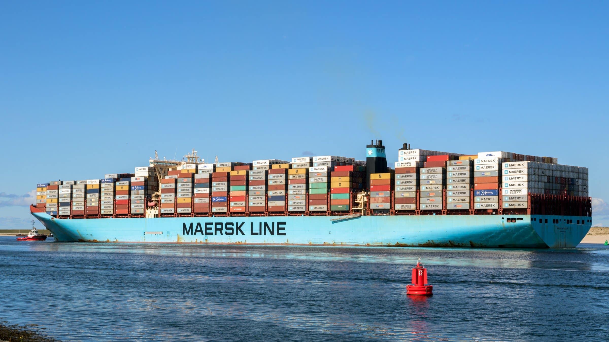 Mærsk aktier billede af et fuldt containerskib i mærsk pantone blue