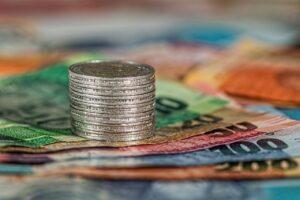 Mønter stablet på sedler