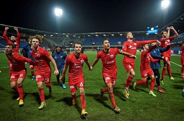 AGF spillerne jubler efter en sejr, der ses hele holdet inklusiv nogle trænere og udskiftere.